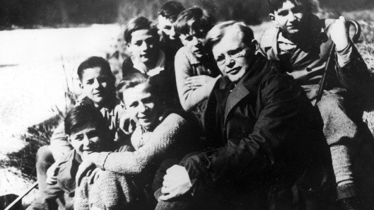 Bonhoeffer, Dietrich - *04.02.1906-09.04.1945+ German theologian. member of the protestant anti-nazi 'Confessing Church' participant of resistance Photographed with students in the spring of 1932.